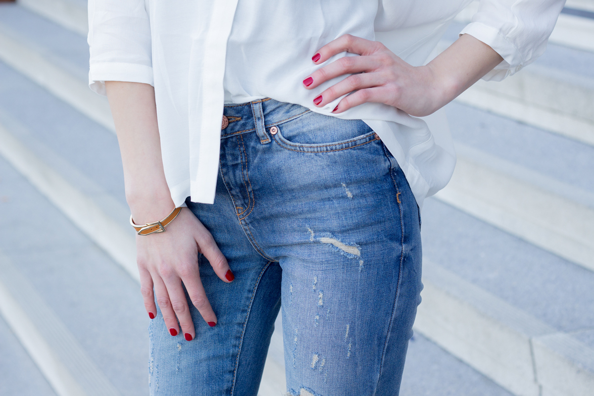 The Casual - distressed jeans and white blouse II How I met my outfit