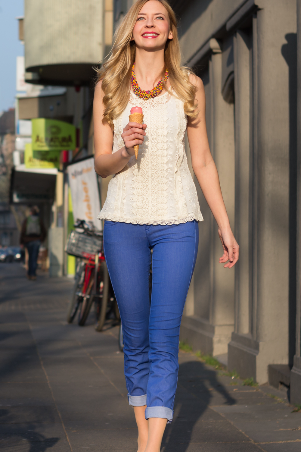 Jeggings, Spitzen-Top, bunte Perlenkette und Eis // jeggings, lace top, multicolored necklace and ice cream