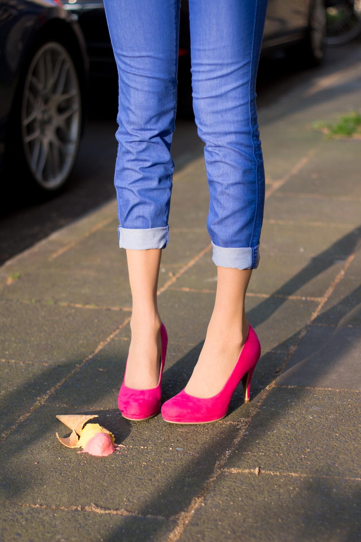 Jeggings, Spitzen-Top, bunte Perlenkette, pinke Pumps & Eis // jeggings, lace top, multicolored necklace, pink heels & ice cream