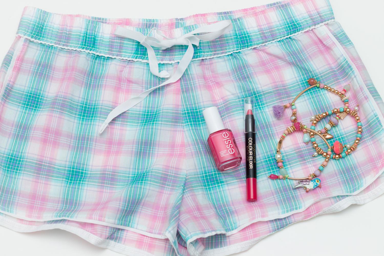 Pyjama Shorts von H&M, essie Nagellack, Max Factor Lippenstift & Armbänder von Accessorize // H&M pyjama shorts, essie nail polish, Max Factor lipstick & bracelets von accessorize