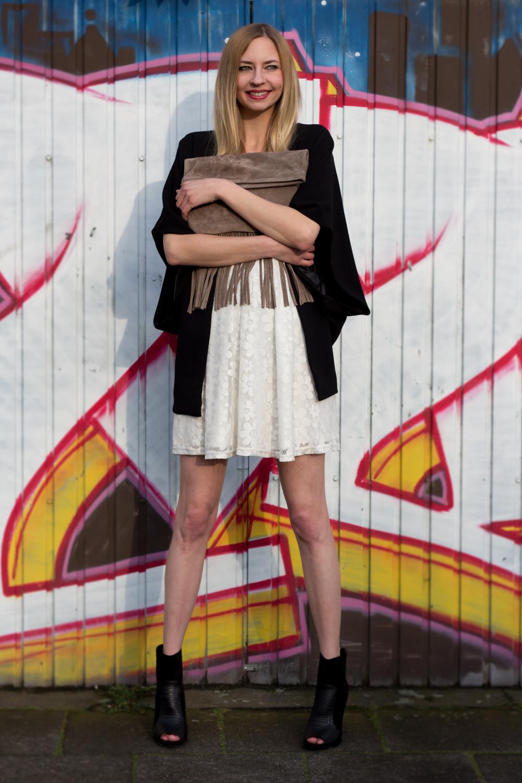 weißes Spitzenkleid, schwarzer Blazer & Ankle Boots // white lace dress, black blazer & ankle boots