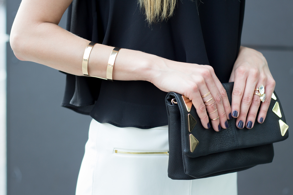 Details: Clutch & Schmuck in gold // details: clutch & knuckle rings