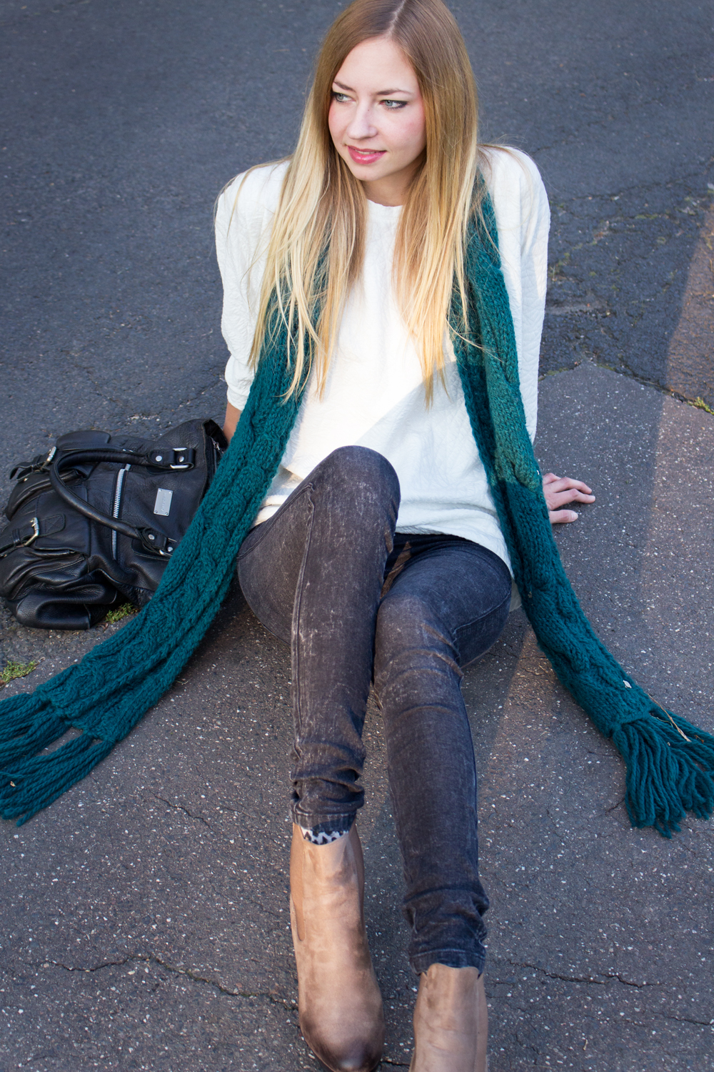 I'm so in love with long scarfs.