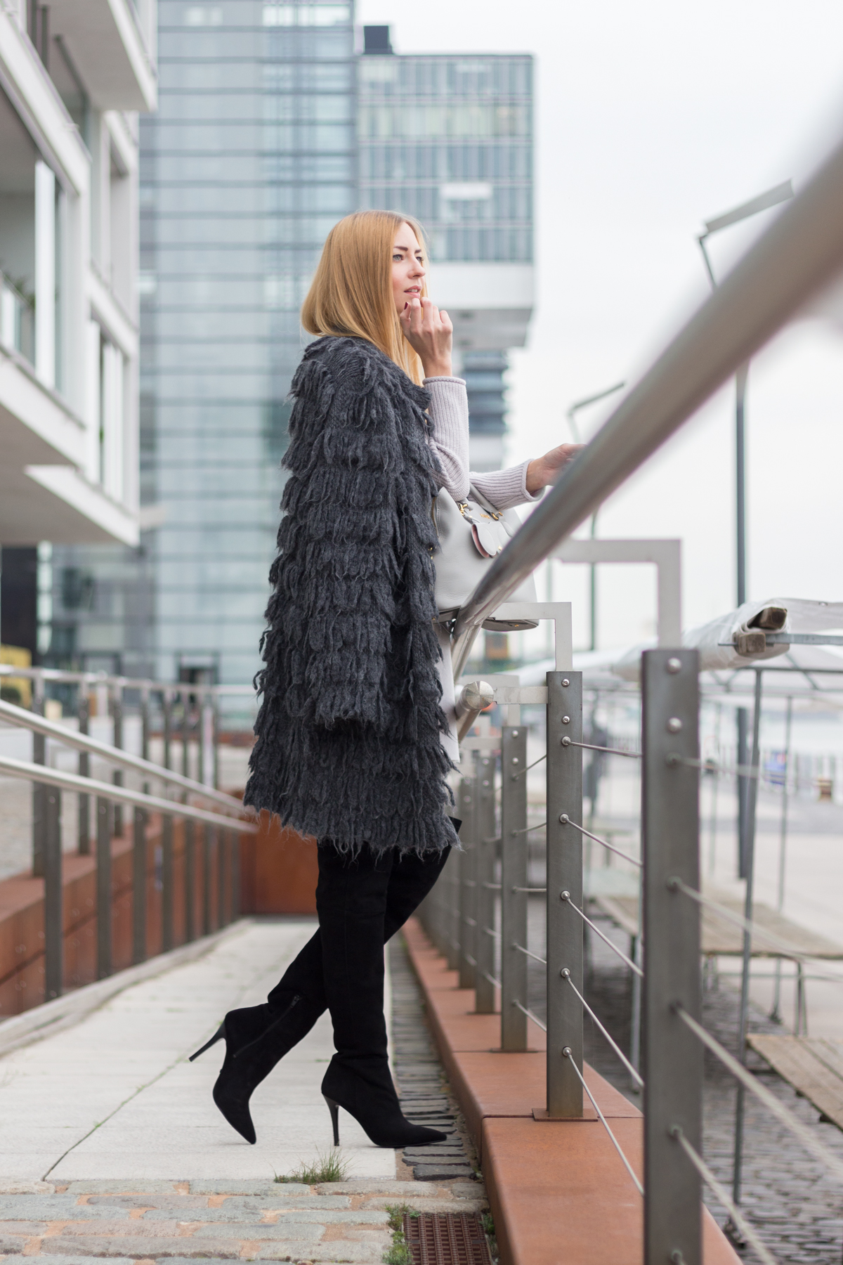 Furry Coat & Overknees II How I met my outfit by Dana Lohmüller