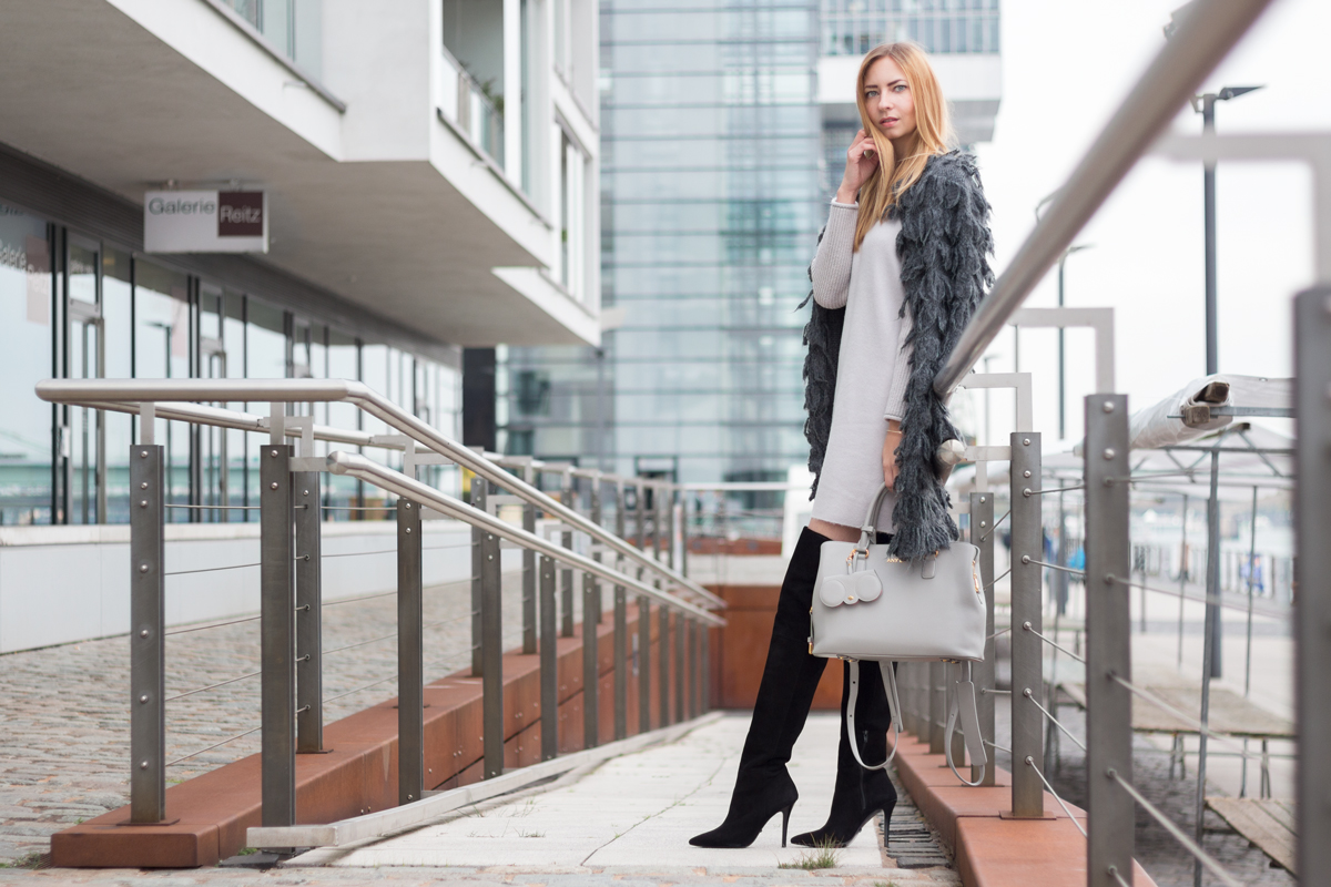 Furry Coat & Overknees II How I met my outfit II photos: Benedikt Napolowski