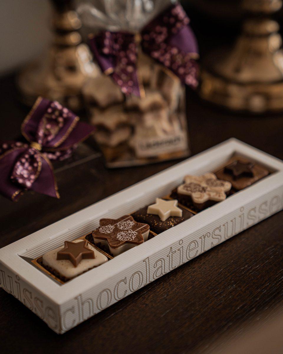 Entlang unserer Wertschöpfungskette, vom Anbau bis zur Ladentheke, betrachten wir alle unsere Mitarbeiter und Partner als Teil der Läderach «chocolate family». Für uns bedeutet Nachhaltigkeit, dass wir als «chocolate family» in Generationen denken. Wir wollen unseren Nachkommen ein gesundes Unternehmen übergeben können, einen Betrieb mit einer langfristigen Perspektive in einer intakten Umwelt. Gemeinsam verfolgen wir die Mission, mit unseren Produkten immer wieder Momente der Freude zu bereiten. Dabei achten wir während des gesamten Wertschöpfungsprozesses auf den respektvollen Umgang mit Mensch und Umwelt. Sowohl in der Schweiz wie auch in den Ursprungsländern unserer Rohstoffe engagieren wir uns deshalb für die «chocolate family».